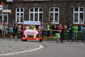 K800_Schubkarrenrennen Morsbach_26.04.2015_035FotoHJSchuh